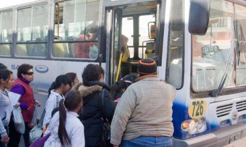 Un hombre subió al colectivo con su hijo en brazos y lo que pasó después es indignante