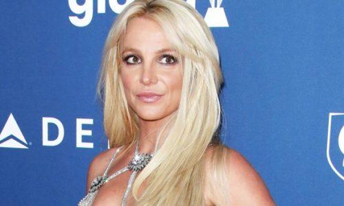 Britney se vistió de colegiala por el aniversario de Baby One More Time y la criticaron por el Photoshop